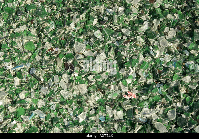 Pieces of green and white glass at recycling plant / Grüne und weiße Glasbruchstücke in Altglasrecyclingfrima - Stock Image