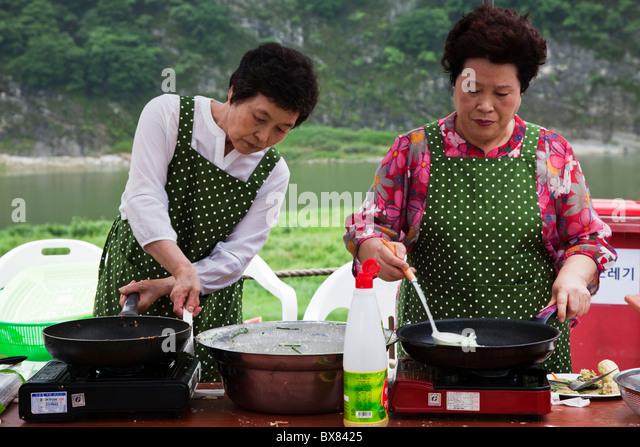 Jeon stock photos jeon stock images alamy for Traditional korean kitchen