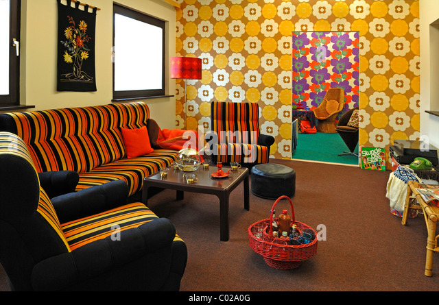 70s wallpaper living room stock photos 70s wallpaper for 70 er jahre couch
