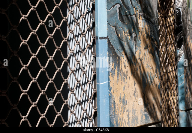 how to make a chicken wire fence