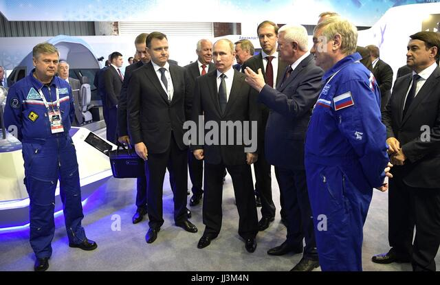 Zhukovsky, Russia. 18th July, 2017. Russian President Vladimir Putin, center, tours an exhibit during a visit to - Stock Image