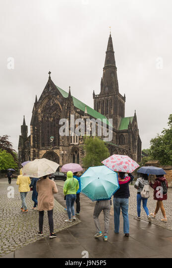 Glasgow Cathedral - Asian tourists in the rain, Glasgow, Scotland, UK - Stock Image
