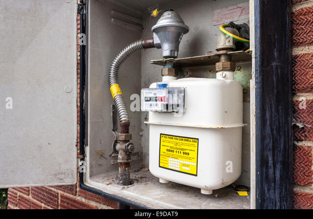 gas-meter-for-a-domestic-gas-supply-in-cupboard-on-wall-outside-house-e9dat9.jpg