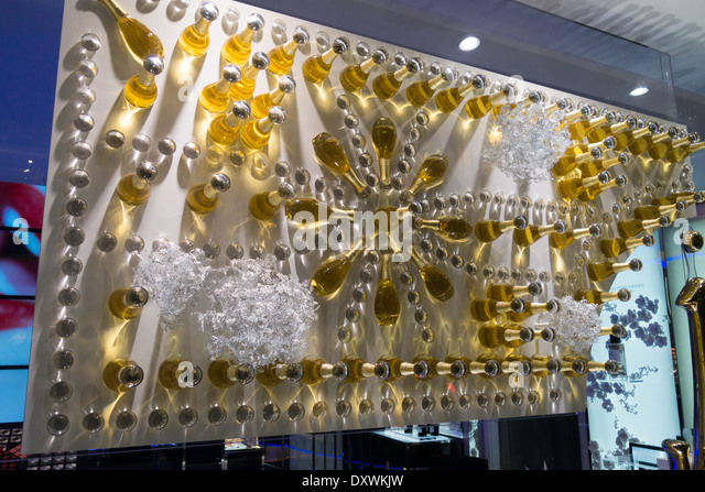The dior boutique stock photos the dior boutique stock for Boutique decoration paris