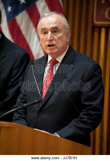 Bill Bratton. Mayor de Blasio at press conference with other city officials voicing opposition to Federal funding - Stock Image