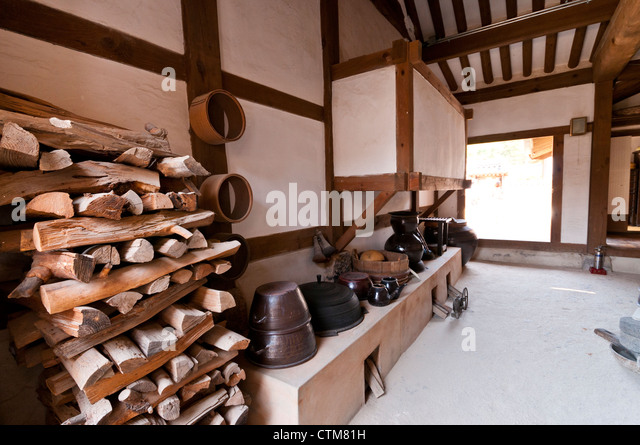Maeul stock photos maeul stock images alamy for Traditional korean kitchen