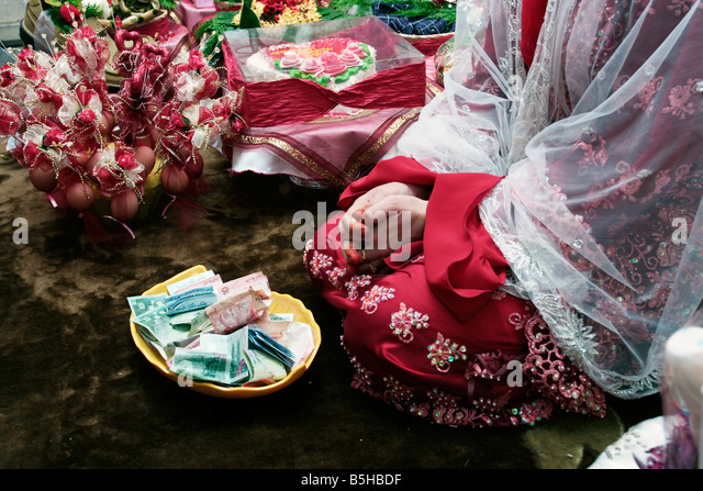 Wedding Gift Ideas For Bride Malaysia : Gift in the form of cash for a bride in a Malay weddingMalaysia ...