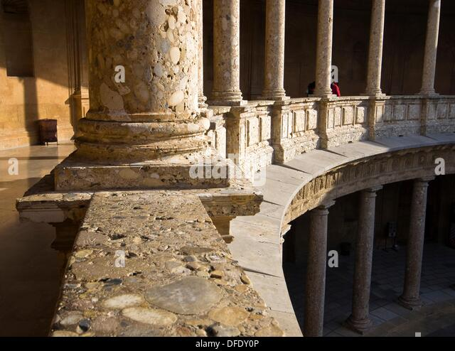 Columnas En El Patio Circular Del Palacio Real De Carlos V En La Alhambra  De Granada