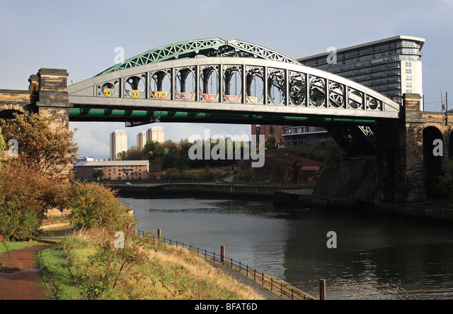 monkwearmouth-bridges-with-metro-train-s