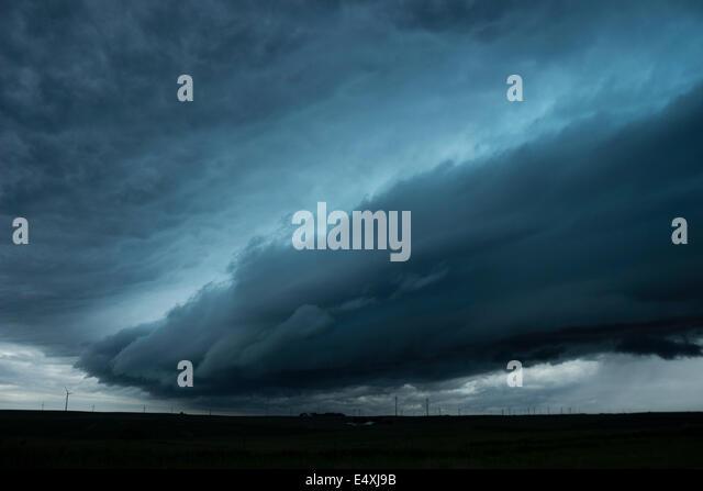 Shelf cloud races across rural iowa in front of a severe