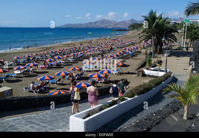 Lanzarote beach sunloungers stock photos lanzarote beach sunloungers stock images alamy - Lanzarote walks from puerto del carmen ...