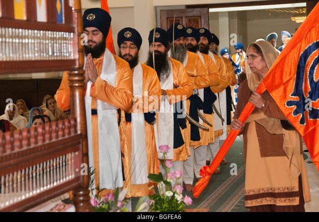 ... Sahib in the Diwan hall and a woman holds a Nisan Sahib - Stock Image