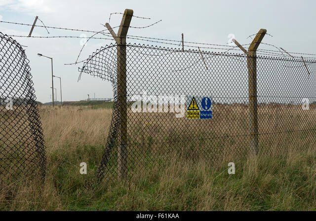 Hole In Fencing Stock Photos Amp Hole In Fencing Stock Images Alamy