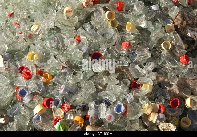 White broken glass bottles in recycling plant - Zerbrochenes Weißglas / Altglas in Sammelstelle - Stock Image