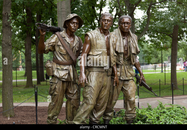 vietnam memorial of three soldiers looking towards the wall stock image - Who Designed The Vietnam Wall
