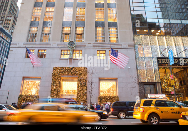 Tiffany & Co. and Trump Tower with holiday decoration, Fifth Avenue, New York - Stock Image