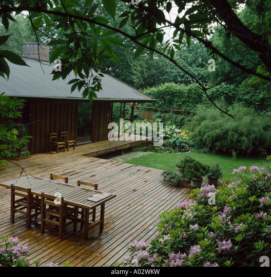 Veranda on country house furniture stockfotos veranda on country house furniture bilder alamy - Holztisch mit stuhlen ...