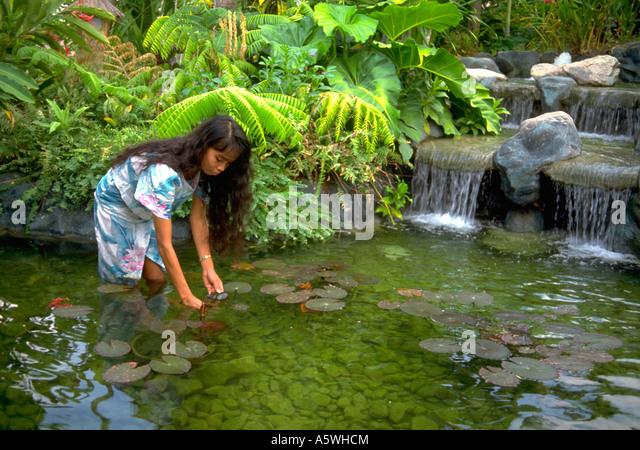 painet hl0352 philippinischen madchen augenblick durch stream philippinen frau weibliche uppige cebu fliessende wasser wasserfall grune arbeit a5whcm - Garten Arbeit