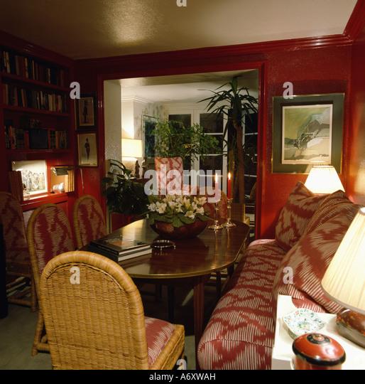 rote esszimmer mit bankett bestuhlung und poliertem holz esstisch mit korbsthlen stockbild - Esstisch Mit Bankettbestuhlung