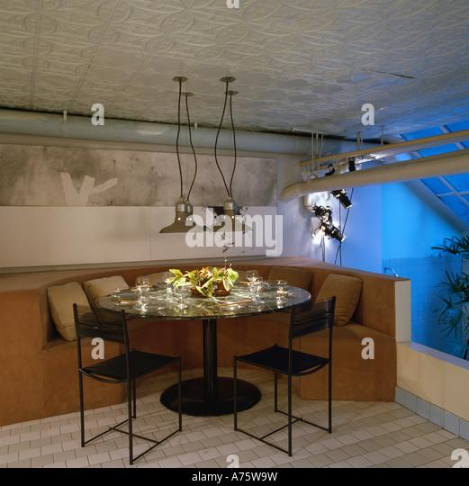 achtziger jahre loft umbau speisesaal mit metall pendelleuchten ber tisch und bankett bestuhlung stockbild - Esstisch Mit Bankettbestuhlung