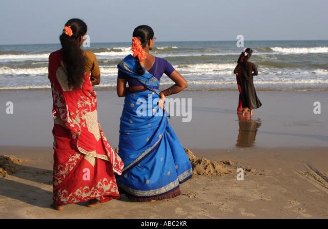 Women sari sarees stockfotos women sari sarees bilder for Indische sonnenschirme