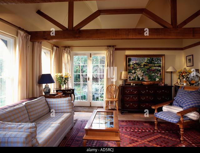 Weissen Und Gelben Sofa Glas Top Prftabelle Im Wohnzimmer Erweiterung Mit Sichtbalken Fenstertren Stockbild