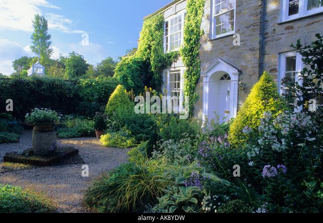 bosvigo haus cornwall vean vorderen garten gelb weien und blauen farbschema im sommer kies weg vorgarten - Kies Garten Gelb
