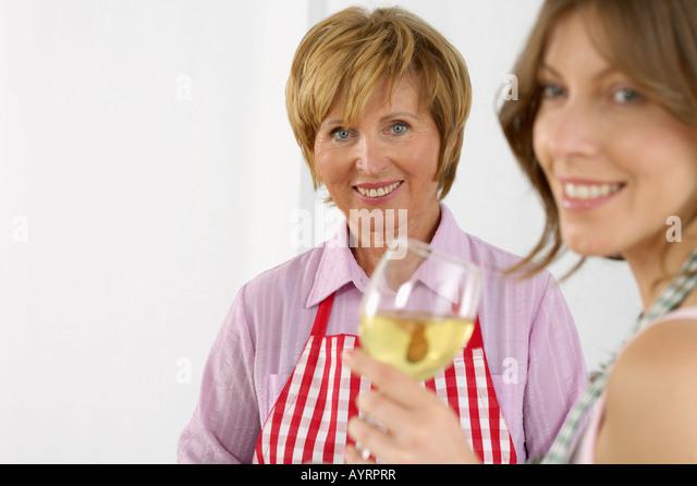 women wearing aprons stockfotos women wearing aprons bilder alamy. Black Bedroom Furniture Sets. Home Design Ideas