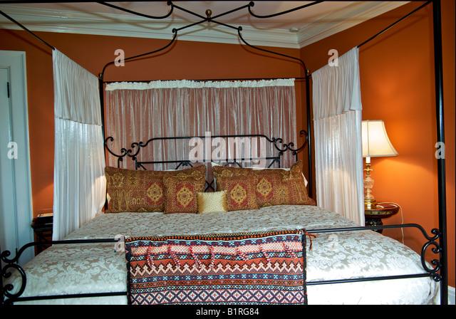 antiken himmelbett mit baldachin und gardinen im schaufenster schlafzimmer stockbild - Gotische Himmelbettvorhnge