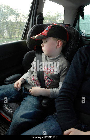 girl sleeping car seatbelt stockfotos girl sleeping car seatbelt bilder alamy. Black Bedroom Furniture Sets. Home Design Ideas