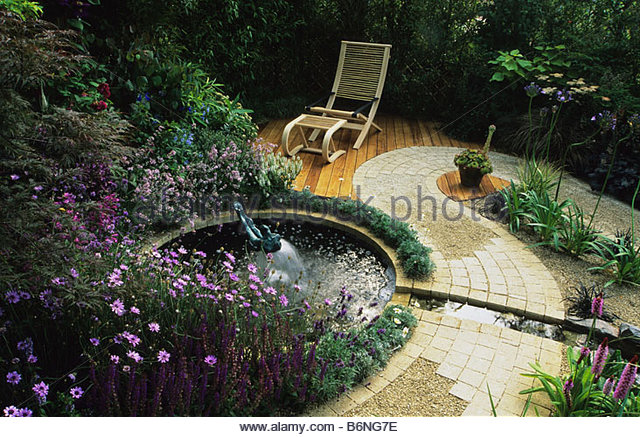 decking path pond stockfotos decking path pond bilder alamy. Black Bedroom Furniture Sets. Home Design Ideas