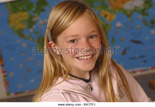 Blondes Schulmädchen Kommt Vor Der Kamera