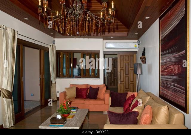 Luxuriöses Und Gemütliches Wohnzimmer Und Eine Lounge Mit Weichem Möblierung  Und Kronleuchter. Moderne Stockbild