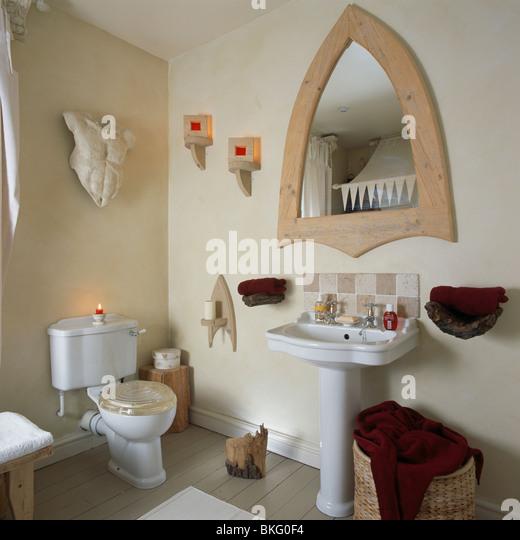 Gotischen Stil Spiegel über Weißen Sockel Becken Im Kleinen Badezimmer Mit  Skulptur An Wand WC Stockbild