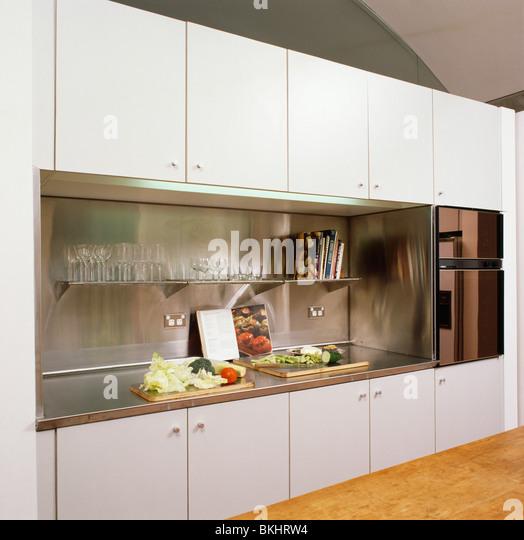 Weiße Schränke Und Einheiten In Modernen Weißen Küche Mit Edelstahl Splash Rücken  Und Arbeitsplatten