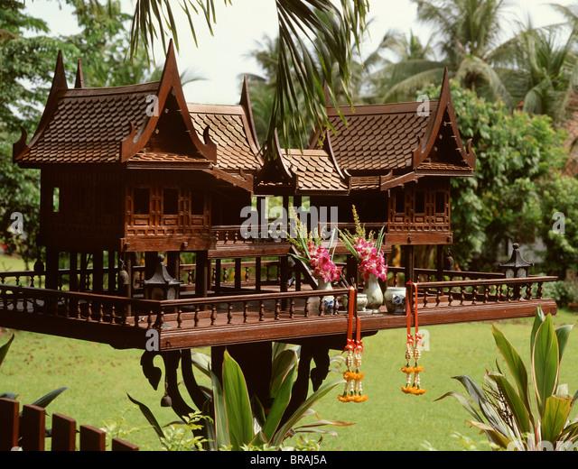 Buddhist spirit house stockfotos buddhist spirit house for Traditionelles thai haus