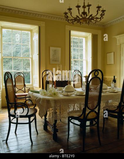 Antike Bugholzstühle Am Tisch Für Das Mittagessen Mit Weißer Spitze Tuch Im  Speisesaal Mit Holzboden Stockbild