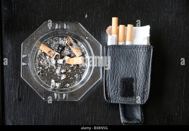 ashtray cigarettes stockfotos ashtray cigarettes bilder alamy. Black Bedroom Furniture Sets. Home Design Ideas