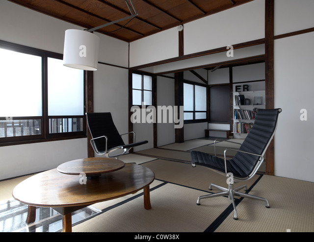 GroB Zeitgenössische Tatami Zimmer In Einem Japanischen Wohnzimmer Mit C. Eames  Office Lounge Sessel Stockbild