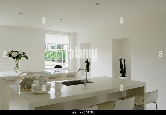 Moderne Minimal Küche Mit Corian Arbeitsplatten Und Weiße Wände Stockbild