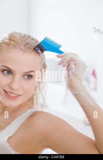 brush hair dye stockfotos brush hair dye bilder alamy. Black Bedroom Furniture Sets. Home Design Ideas