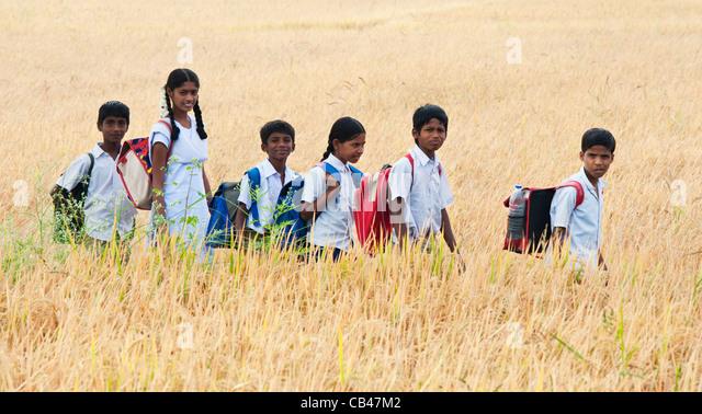 School kids walking line stockfotos school kids walking for Indische schirme
