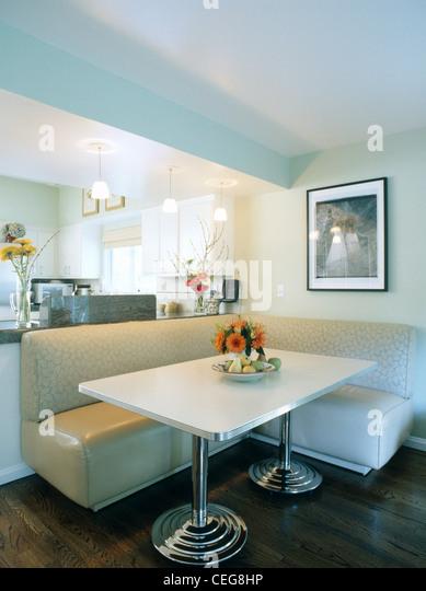 creme bankett bestuhlung und weien rechteckigen tisch auf chrombeinen spirale im modernen speisesaal stockbild - Esstisch Mit Bankettbestuhlung