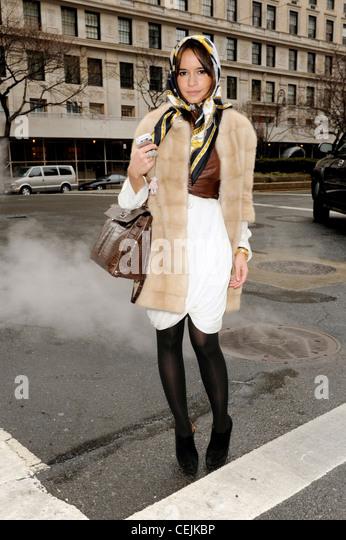 Weisses kleid dunkle strumpfhose