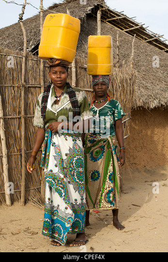 women carrying water in africa stockfotos women carrying water in africa bilder alamy. Black Bedroom Furniture Sets. Home Design Ideas