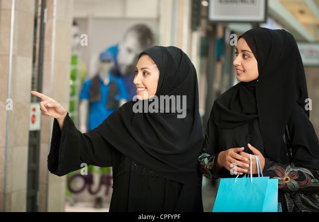 emirati women shopping stockfotos emirati women shopping bilder alamy. Black Bedroom Furniture Sets. Home Design Ideas