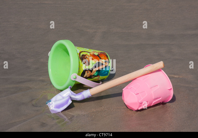 sand water container bucket stockfotos sand water container bucket bilder alamy. Black Bedroom Furniture Sets. Home Design Ideas