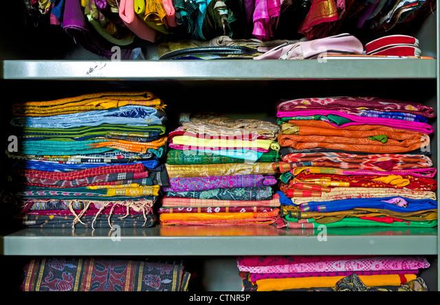 Sari store stockfotos sari store bilder alamy for Indische regale