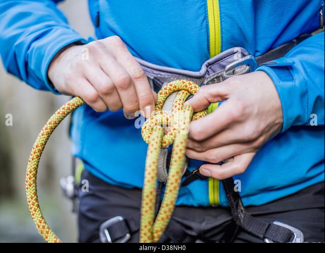 Klettergurt Aus Seil Binden : Kletterer seil binden stockfoto bild: 53667628 alamy