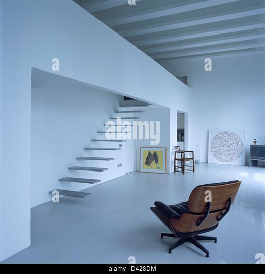 Charles Eames Loungesessel Im Dachgeschossausbau Mit Schwebende Treppe Und  Weiße Balkendecke Stockbild
